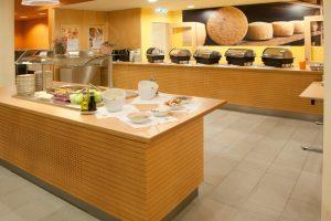 Buffetbereich mit reichhaltigem Frühstücks-, Mittags- und Abendessen im JUFA Hotel Montafon. Der Ort für erholsamen Familienurlaub und einen unvergesslichen Winter- und Wanderurlaub.